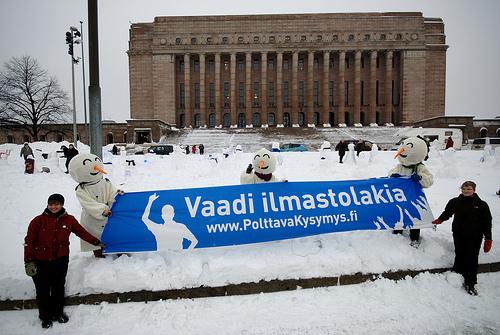 Lumiukot kansoittivat eduskuntatalon nurmen. Kuva: Kalle Meller.