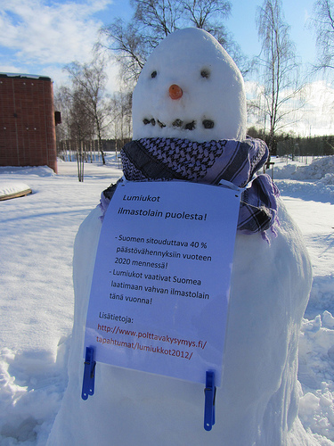 Salon lumiukko vaati vahvaa ilmastolakia sekä 40 prosentin päästövähennystavoitetta vuodelle 2020. Kuva: Petri Kultanen.